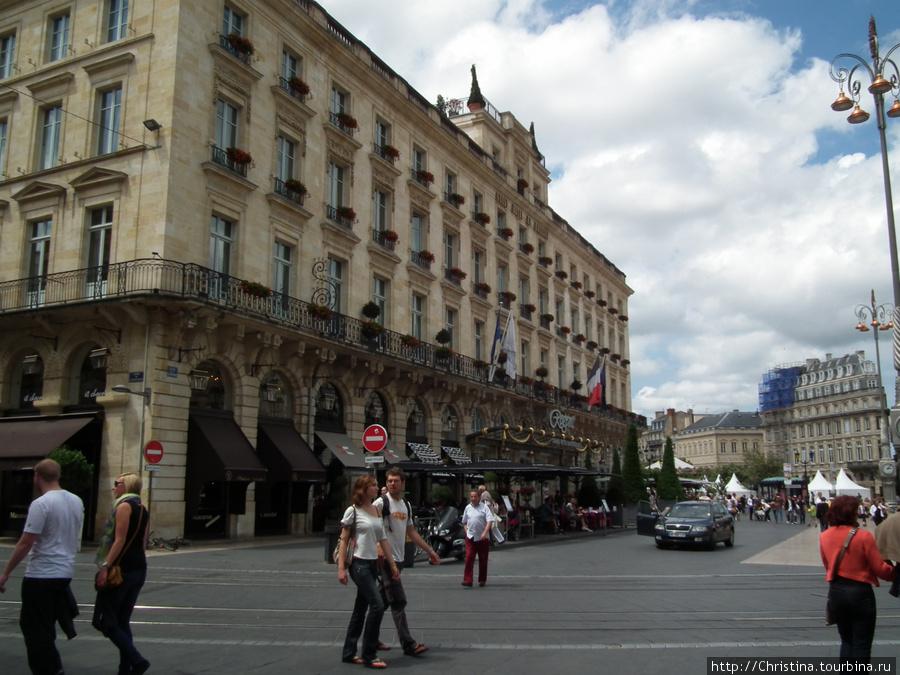 Отель находится на площади de la Comedie, прямо напротив Гран-Театра.