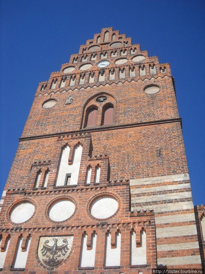 Башня на вид сурова и грозна