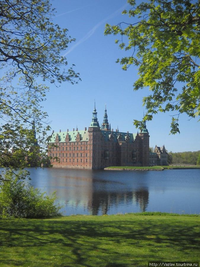 Живописнейший вид на замок Хиллерёд, Дания