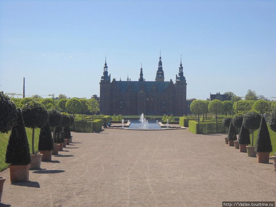 Вид из парка на замок