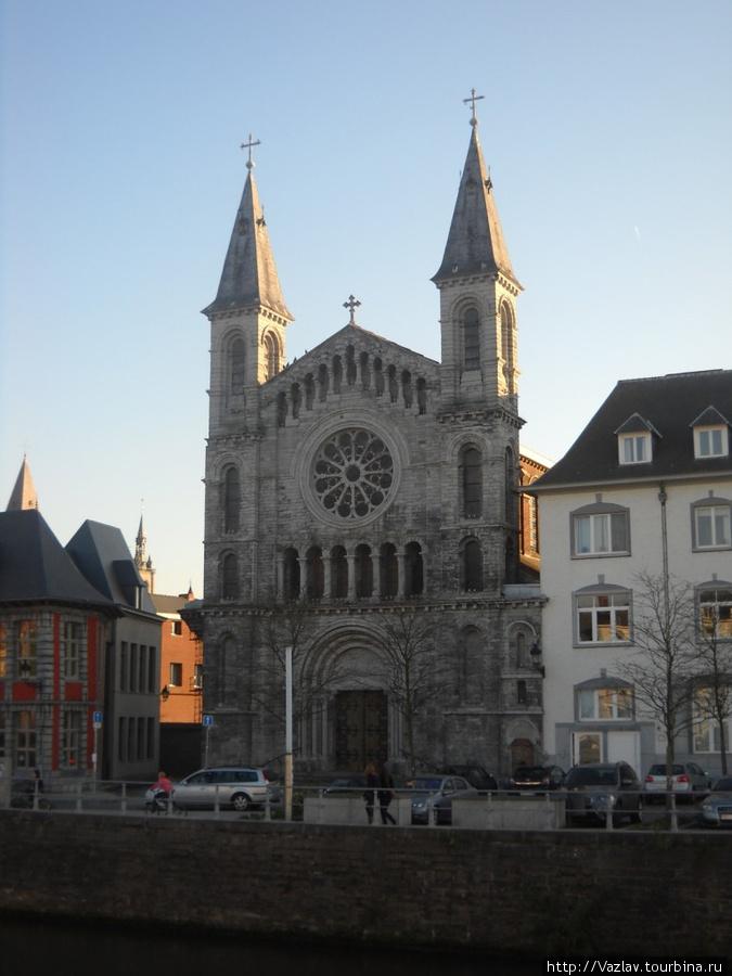 Здание церкви хорошо видно с набережной