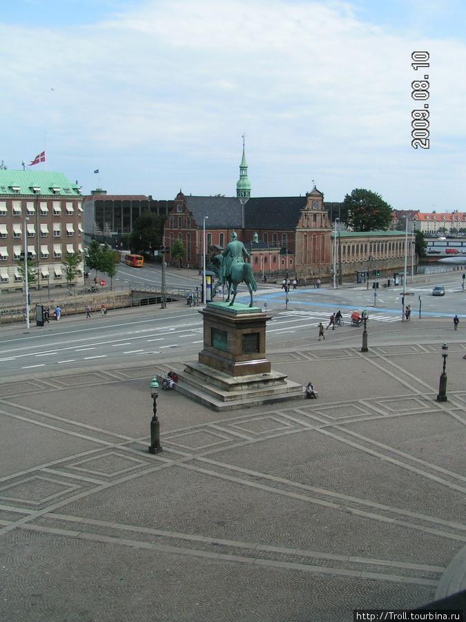 Площадь с памятником с балкона дворца