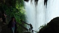 Можно зайти за водопад и полюбоватся видом