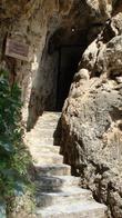 Маленькая пещера рядом с водопадом
