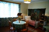 Одна небольшая комнатка, которую занимала семья Гагариных. Две кровати, диван, стол и радиола, на которой можно проигрывать пластинки. Вещи тех, 50-х годов.