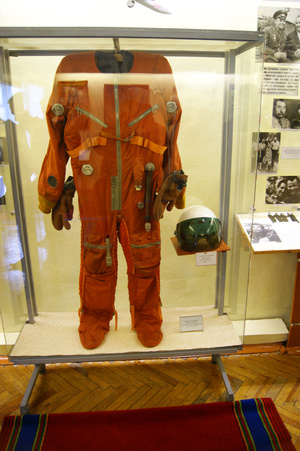 Скафандр и шлем космонавта.