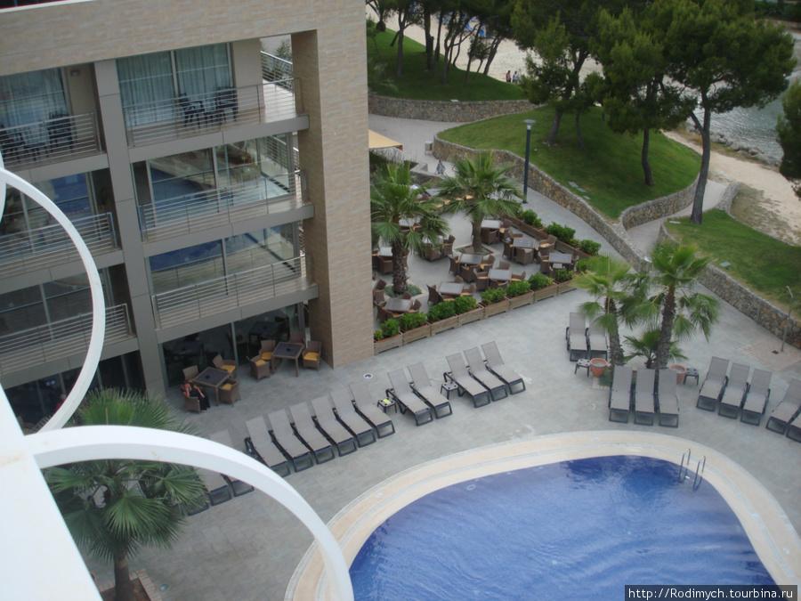 Вид на нижний бассейн отеля