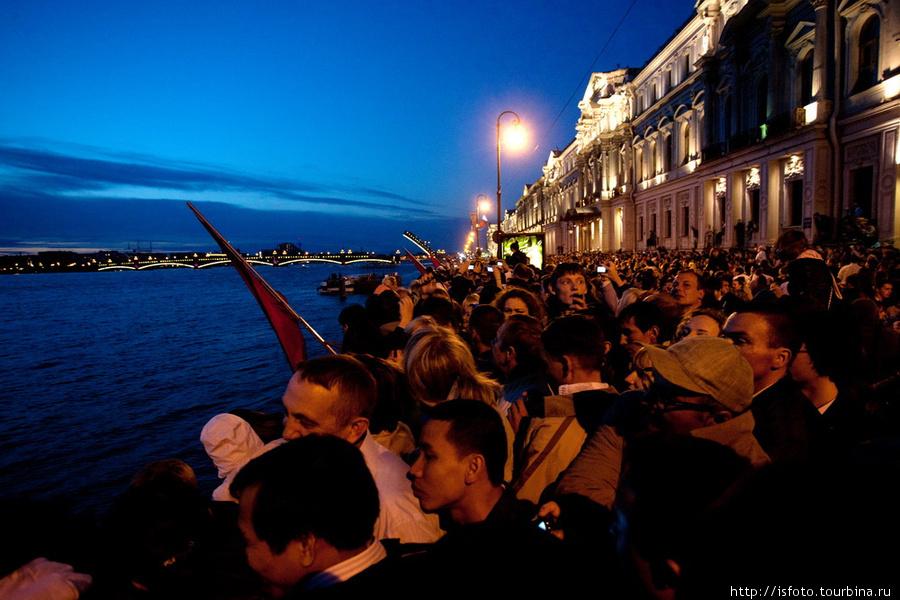 Сначала развели Троицкий мост. Именно оттуда должна появиться бригантина мечты. Санкт-Петербург, Россия