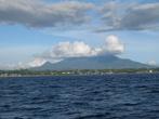 вид на Манадо (северная оконечность Сулавеси), откуда лодка отплывает на Бунакен