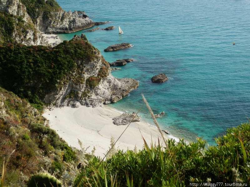 Cинее море, белый песок, скалистые берега, пиниевые леса.
