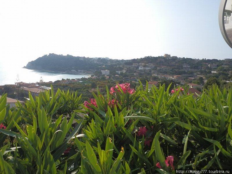 Вид с терассы перед рестораном нашего отеля на окрестные красоты