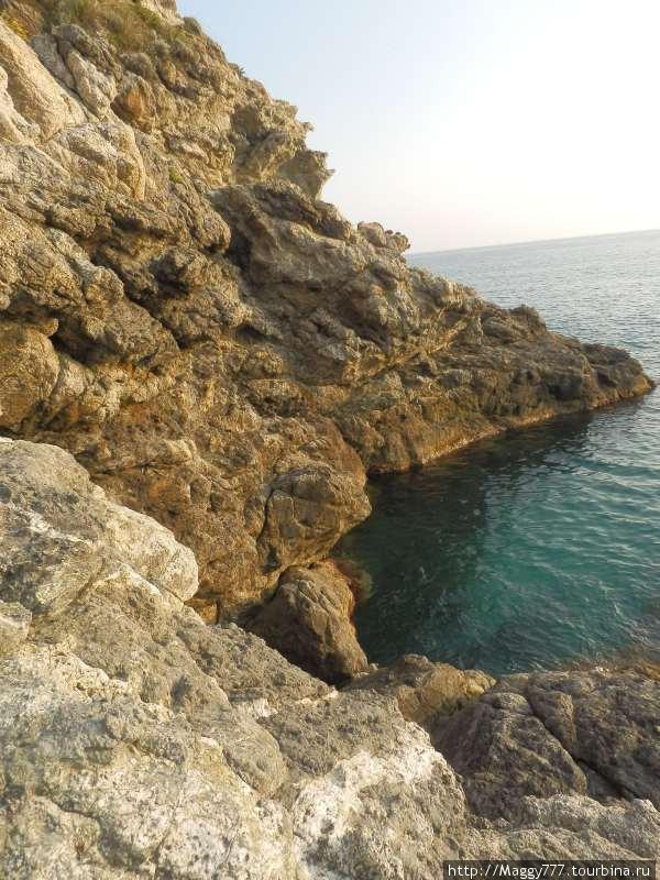 Пыталась перелезть через скалу, разделяющую бухты