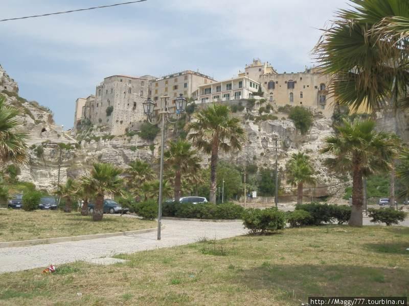 Оказывается, старый город стоит на скале из песчанника высотой 40 м