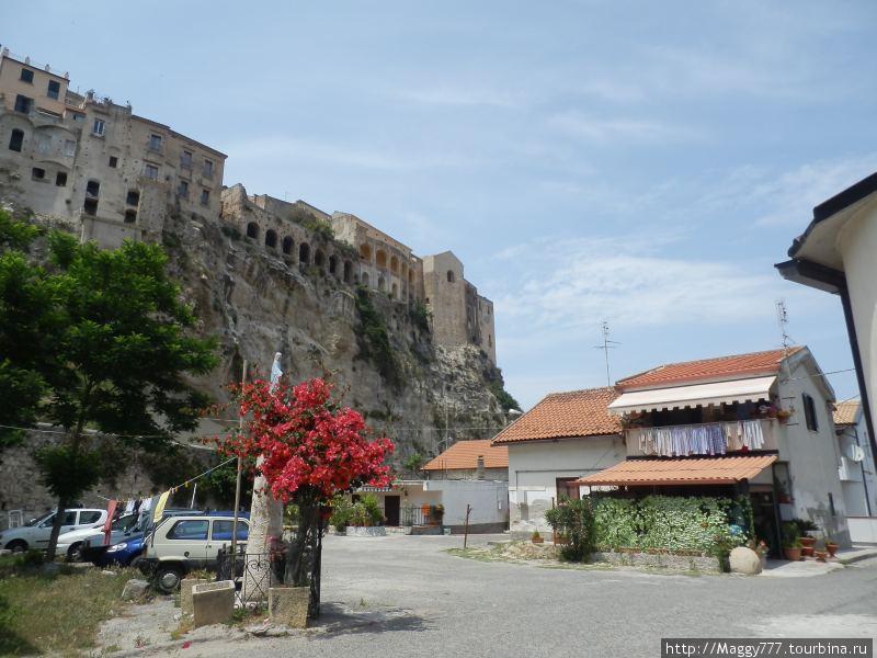 А это — вид на старый город и стену из, так сказать, нового  вблизи пристани