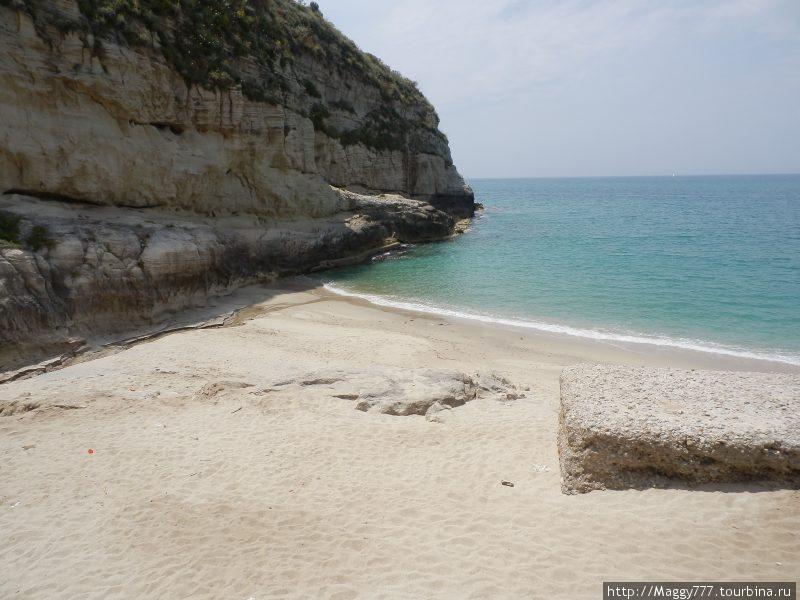 У них там даже свой собственный пляж есть. Маленький, но  уютный . От основного отгорожен скалой.