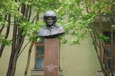 Памятник Герою России летчику-палубнику Т.Апакидзе установлен на улице другого имени летчика, героя Великой Отечественной войны Б.Сафонова.