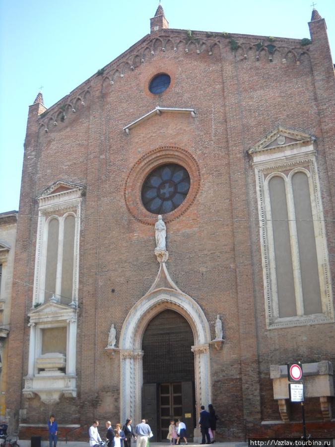 Фасад церкви мало того что разноплановый, так ещё и выглядит каким-то обшарпанным