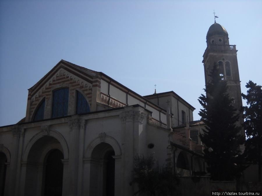 Фасад церкви со стороны прилегающей площади. Легко заметить, что колокольня находится под углом к основному зданию