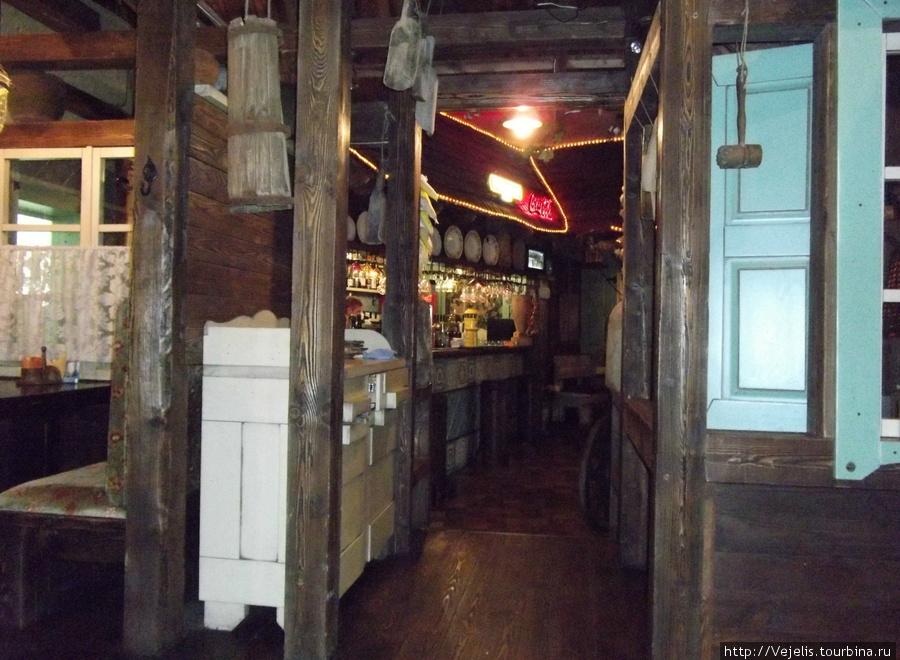 Вид на бар из зала для некурящих