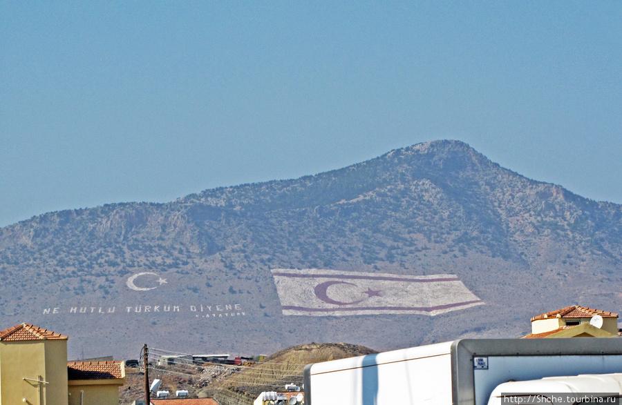 знаменитые флаги на горе, которые видно со столицы Никосии