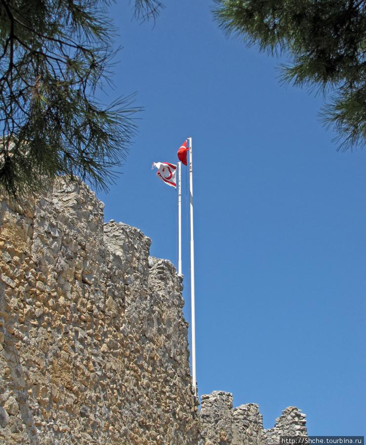 Турецкий флаг и флаг Северного Кипра всегда рядом