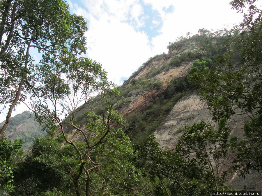 Долина зажата между отвесными очень высокими скалами