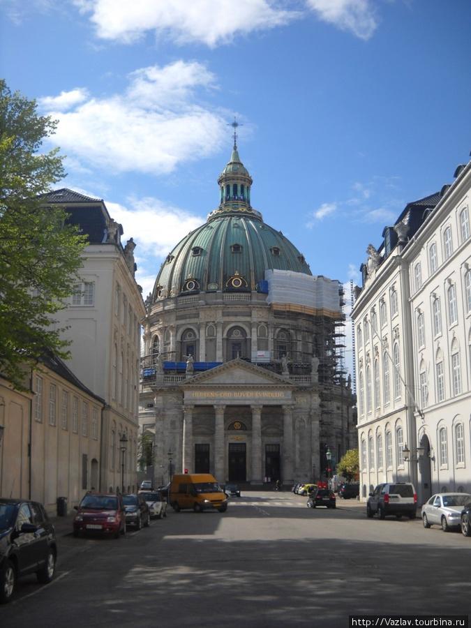 Вид на церковь со стороны дворца Амалиенборг
