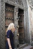 Традиционно двери отделывались металлическими заостренными элементами, чтобы отгонять диких животных