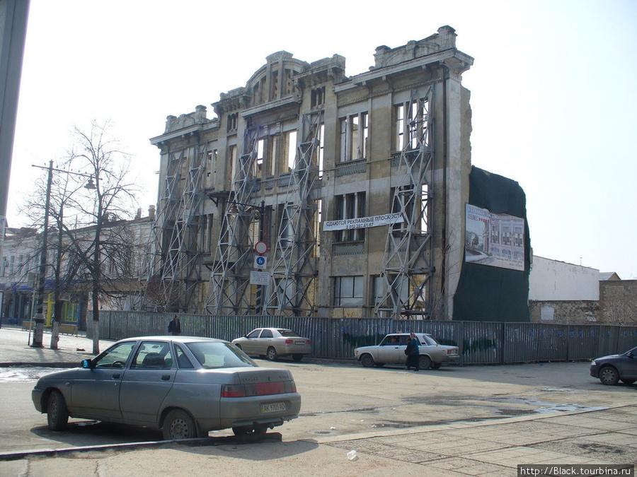 Развалины напротив здания Верховной Рады автономной республики Крым