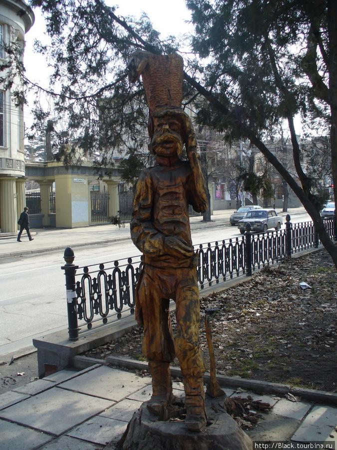 Невнятные деревянные скульптуры. Это, вроде, гусар