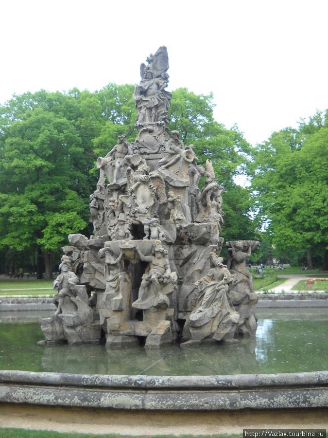 Прогулка по парку; на переднем плане фонтан Гугенотбрюннен