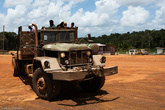 А вот такие старые грузовики могут идти через всю страну.