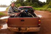 Несемся мы в кузове пикапа, вместе с мотором, который везут к поломанной фуре два бразильца. Так и скачем, пытаясь не вывалиться за борт и не биться особо сильно об выступающие части мотора.