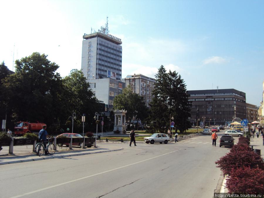 Вид на отель от центрального входа в крепость