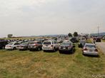 Часть парковки. Там было несколько тысяч машин.