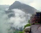 С каждым шагом наверх облака опускаются всё ниже, накрывая серой дымкой исчезающую из видимости долину