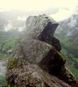 Четкость линий поражает. Своей конфигурацией камень напоминает символ, который использовали инки — три ступени, обозначавшие недра, землю и небо