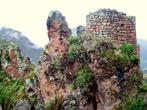 Вст роенные в скальную породу сторожевые башенки помогали жителям Писака вовремя увидеть неприятеля