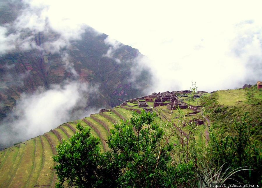 На вершине одного из холмов — руины религиозного центра Писак, Перу