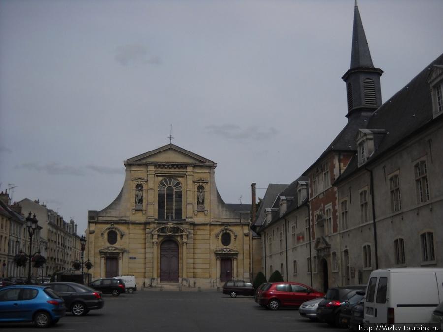 Здание церкви со стороны прилегающей площади