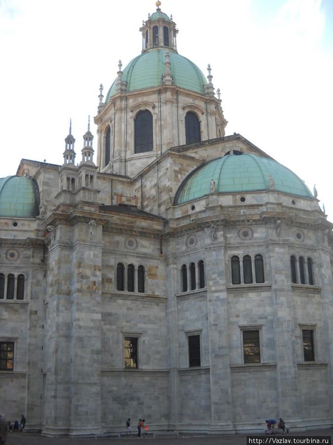 Общий вид на собор с его тыльной стороны