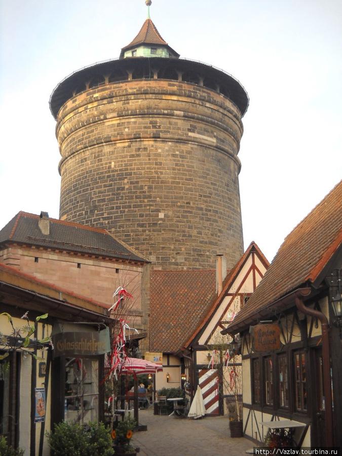 Старинная башня и дома рядом с ней