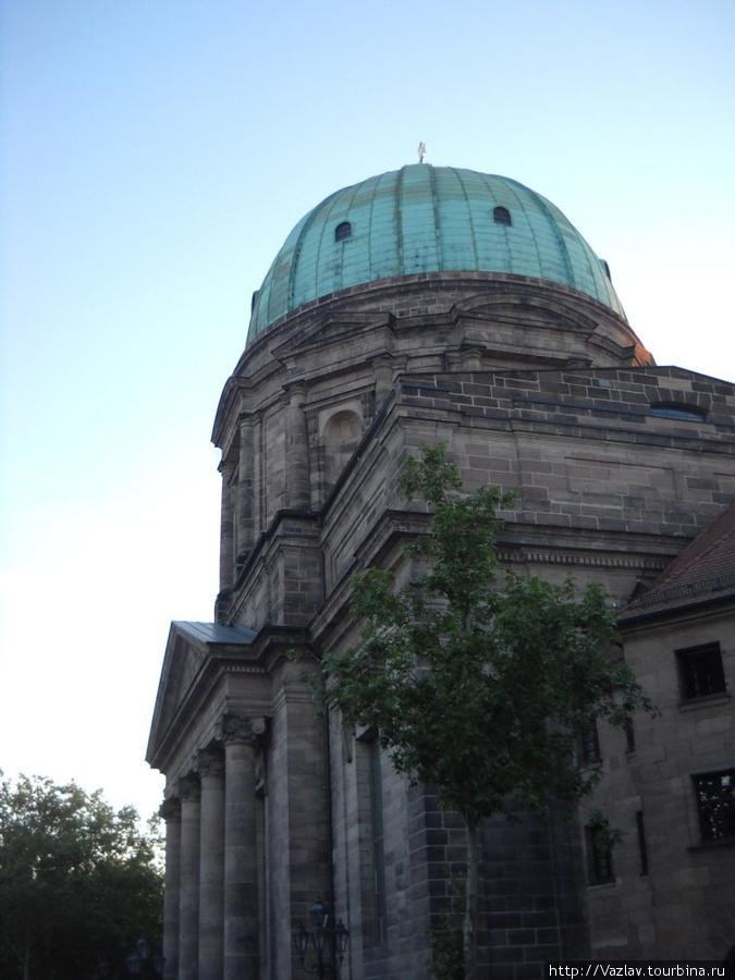 Боковой вид на основное здание церкви и купол