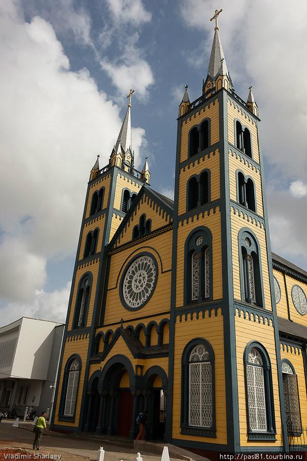 Строительство заняло несколько лет. Освящение собора произошло еще до завершения работ в 10 июля 1885 года. Главный алтарь освятили 19 марта 1887, а орган установили только в 1890 году. Парамарибо, Суринам