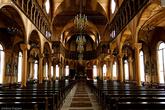 Огромное внутренние пространство, в обрамлении лакированных деревянных колонн, оставляет неизгладимое впечатление!