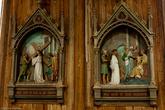 Стены украшены деревянными скульптурами — сценами из святого писания.
