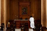 Прихожане приходят сюда не только во время службы, но и чтобы наедине пообщаться с богом.