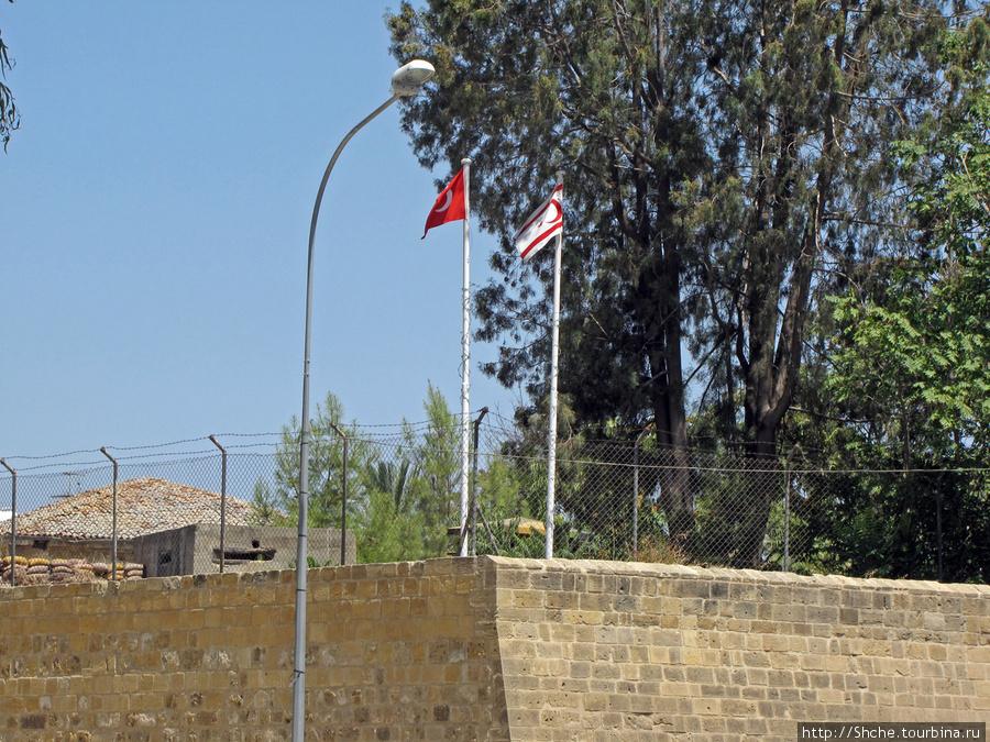Это немного поддало адреналину — колючая проволока, наблюдательные вышки, турецкие флаги с одной стороны...