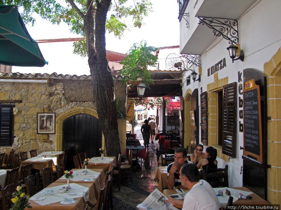 Район с узкими улочками с кафешками и сувенирными магазинчиками. Это было единственное место в городе, где были признаки
