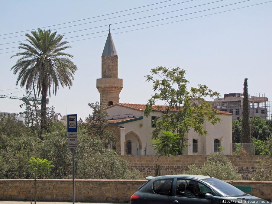 такая суровая реальность, остановка автобуса еще греческая, а мечеть рядом уже турецкая